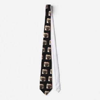 組み立てられるパグの子犬 ネクタイ