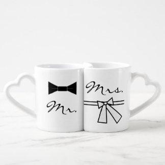 結合のハートの背部が付いている氏及び夫人ちょうネクタイ及び弓、 ペアカップ