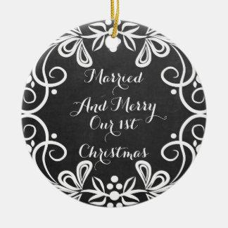 結婚したで、メリーな初めてのクリスマスの写真の黒板 セラミックオーナメント