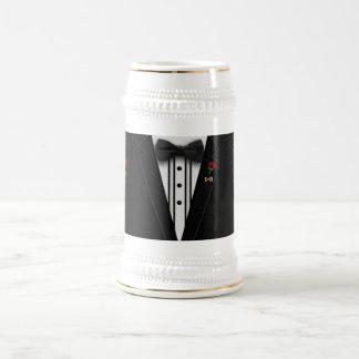 結婚するか、または特別の日のモノグラムのタキシード ビールジョッキ