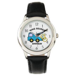 結婚式で指輪を運んで来る人の結婚式のレッカー車 腕時計