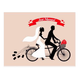 結婚式のたった今結婚しました、新郎新婦は自転車に乗ります ポストカード