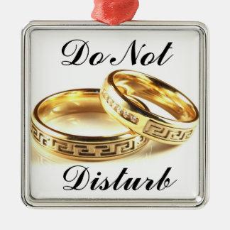 結婚式のカップルを妨げないで下さい メタルオーナメント