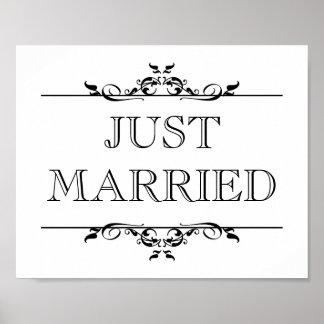 結婚式の写真の支柱の印のたった今結婚しましたの開いたスクロール ポスター