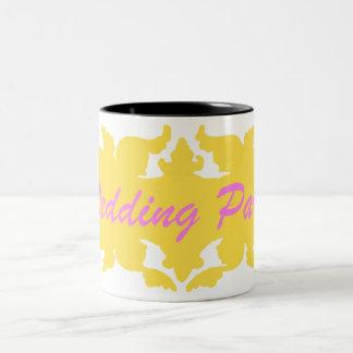 結婚披露宴の金黄色いヴィンテージのスタイルの旗 ツートーンマグカップ
