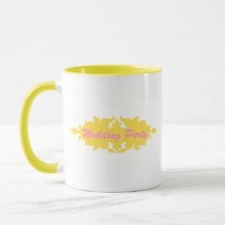 結婚披露宴の金黄色いヴィンテージのスタイルの旗 マグカップ