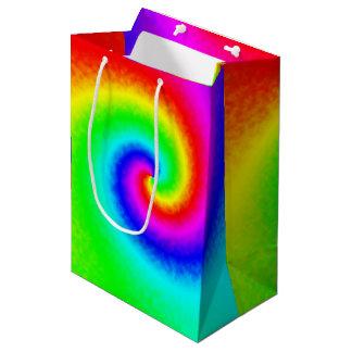 絞り染めの虹の渦巻のギフトバッグ ミディアムペーパーバッグ