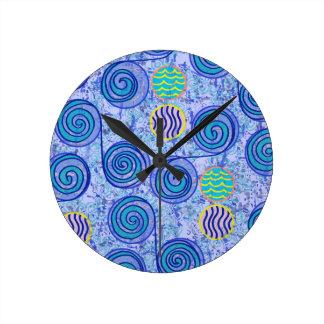 絞り染めの青い円パターン ラウンド壁時計