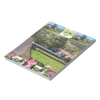 絵のようで幸運なクローバーのコテージの写真のメモ帳 ノートパッド