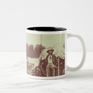 絶えず動いているシャイエンヌのインディアン1878年(b/wの写真) ツートーンマグカップ