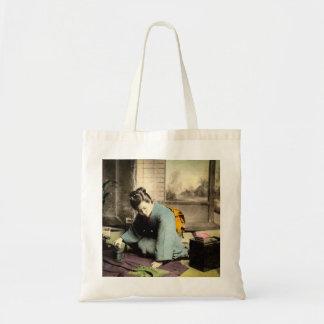 絹の着物のヴィンテージ古い日本を準備している芸者 トートバッグ