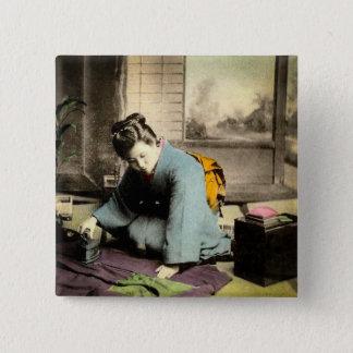 絹の着物のヴィンテージ古い日本を準備している芸者 5.1CM 正方形バッジ