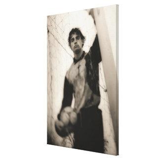 網の後ろに立っているサッカーの選手 キャンバスプリント