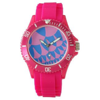 綿菓子のはかりで測られたピンクのスポーティな腕時計 腕時計