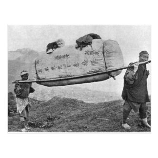綿1901年を運んでいる日雇い労働者(b/wの写真) ポストカード