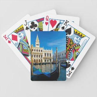 総督の宮殿の近くの大運河のゴンドラ バイスクルトランプ
