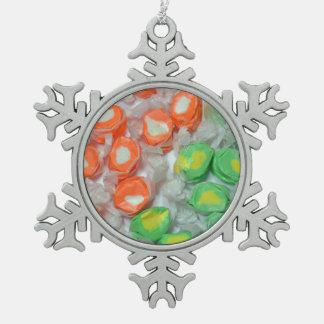 緑およびオレンジタフィーキャンデーのクリスマスのオーナメント スノーフレークピューターオーナメント