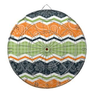 緑およびオレンジ国シェブロンは縞で飾ります ダーツボード
