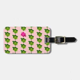 緑およびピンクのカメパターン ラゲッジタグ