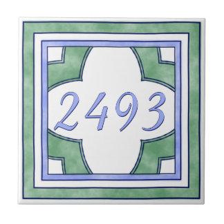 緑および淡いブルーの小さい家数 タイル