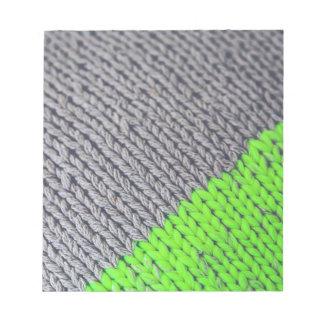 緑および灰色の幾何学的なセーター ノートパッド