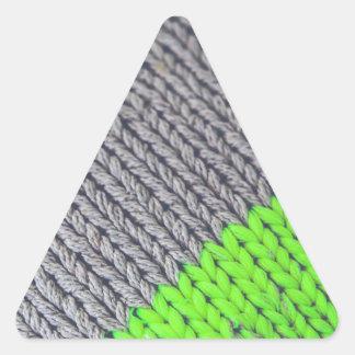 緑および灰色の幾何学的なセーター 三角形シール