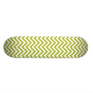 緑および白いジグザグ形のストライプなシェブロンパターン スケートボード