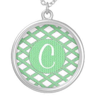 緑および白い十字形のモノグラムのネックレス シルバープレートネックレス