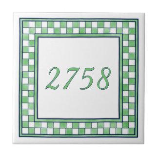 緑および白い小さい家数 タイル