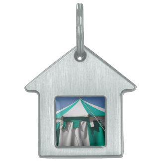 緑および白くストライプのなサーカスのテント ペットネームタグ