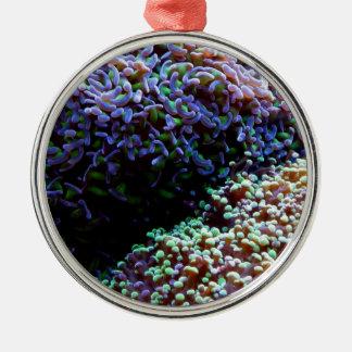 緑および紫色のanenomes メタルオーナメント