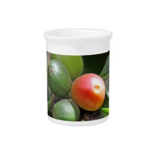 緑および赤いコーヒー豆 ピッチャー