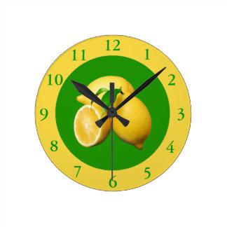 緑および黄色の柑橘類および新しいレモン ラウンド壁時計