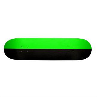 緑および黒いスケートボード スケートボード