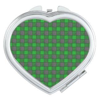 緑および黒い格子縞の点検の鏡のハート