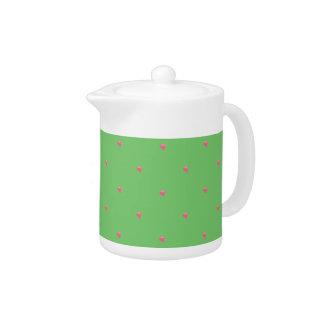 緑かピンクのハートの紙吹雪のティーポット