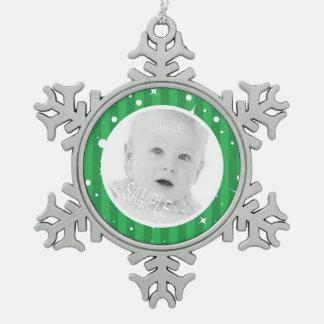 緑のきらめきはあなたのカスタムな写真と縞で飾ります スノーフレークピューターオーナメント