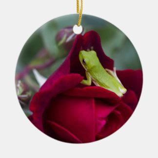 緑のアマガエルおよび赤いバラ セラミックオーナメント