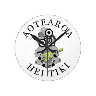 緑のウクレレとのAotearoa Hei Tiki ラウンド壁時計