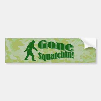 緑のカムフラージュのSquatchinの行った文字 バンパーステッカー