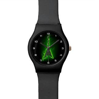 緑のギターはMay28thの腕時計を炎にあてます 腕時計