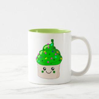 緑のクローバーのSt patricks dayのかわいいカップケーキ ツートーンマグカップ