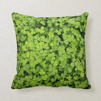 緑のクローバー分野の枕 クッション