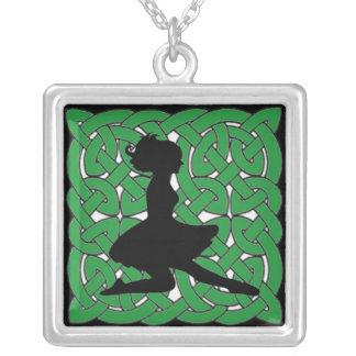 緑のケルト結び目模様のアイルランドのダンサー シルバープレートネックレス