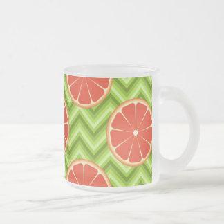 緑のシェブロンの明るい夏の柑橘類のグレープフルーツ フロストグラスマグカップ