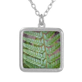 緑のシダの葉パターン シルバープレートネックレス