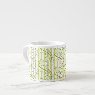 緑のストライブ柄が付いているきゅうりの切れそして花 エスプレッソカップ