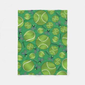 緑のテニス・ボールのラケットおよび網 フリースブランケット