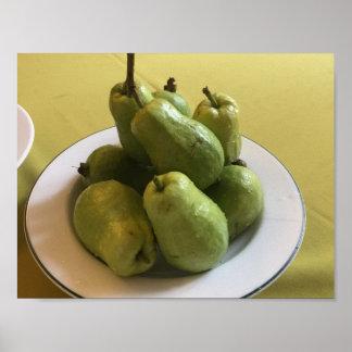 緑のテーブルクロスの緑のguavas ポスター