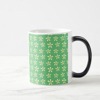 緑のデイジーパターン黄色及び白いデイジー モーフィングマグカップ
